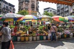 Macao, Leute ` s die Republik China - 20. Oktober 2012: Blumen auf Straße für den Verkauf und das Kaufen am roten Markt Stockfoto