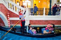 Macao Macao - Januari 17,2014: Oidentifierat turist- tar en gondora Arkivfoto