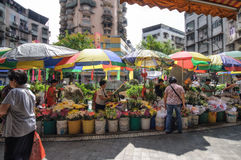Macao, Mensen` s Republiek van China - Oktober 20, 2012: Bloemen op straat voor het verkopen en het kopen bij rode markt Stock Foto
