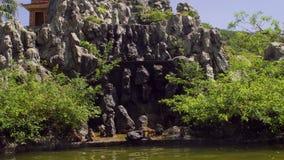Macaqueapen die op rotsen springen Aapeiland, Vietnam stock footage
