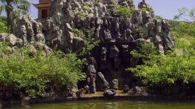 Macaqueapen die op rotsen springen Aapeiland, Vietnam stock videobeelden