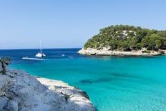 Macarella海湾和美丽的海滩, Menorca,巴利阿里群岛,西班牙看法  免版税库存图片