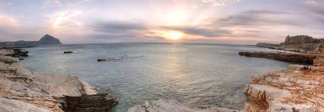 Macaristrand bij zonsondergang, Sicilië, Italië wordt verrast dat royalty-vrije stock foto's