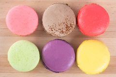 Macaron六个不同颜色和味道,在一个木板 库存照片