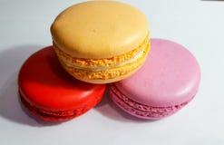 Macaron är en fransk confection av äggvitor, pudrat socker, strösocker, jordmandlar och matfärgläggning royaltyfri bild