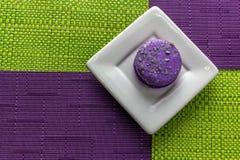 Macaron в квадратной плите на скатертях с видом решетки стоковое фото