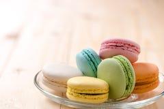 Macaron в плите на деревянной таблице Стоковое Фото