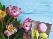 Macaron цветка Alstroemeria на голубое деревянном печет стоковая фотография rf