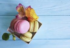 Macaron цветка Alstroemeria на деревянном десерта голубое печет стоковая фотография rf