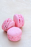 变粉红色在木背景的macaron 免版税库存图片