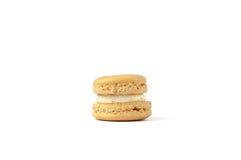 Macaron amarillo sabroso aislado en blanco Fotografía de archivo libre de regalías