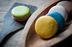 Macaron auf Schöpflöffel und Schüssel Stockfoto
