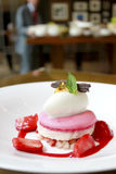 Macaron avec la crème glacée et la sauce à fraise Images stock