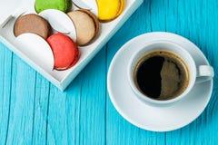Macaron avec la tasse de café photo stock