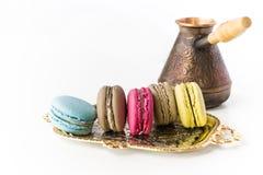 Macaron bakelse, blått, rosa färger, guling, brunt på vit bakgrund Fotografering för Bildbyråer