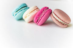 Macaron bakelse, blått, rosa färger, guling, brunt på vit bakgrund Royaltyfri Fotografi