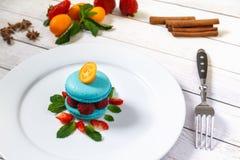 Macaron bleu avec des framboises Images libres de droits