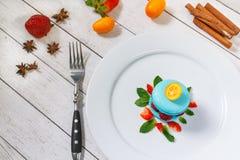 Macaron bleu avec des framboises Photographie stock libre de droits