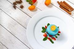 Macaron bleu avec des framboises Image stock