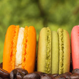 Macaron coloré sur des grains de café Photo stock
