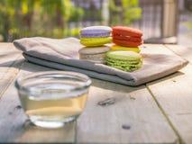 Macaron colorido com o copo do chá Fotografia de Stock