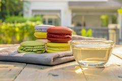 Macaron colorido con la taza de té Fotografía de archivo