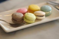 Macaron colorido na placa com forquilha Imagem de Stock