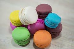 Macaron completo di colore su fondo di legno Immagini Stock Libere da Diritti