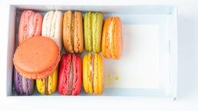 Macaron dans la boîte sur le fond blanc Photo stock