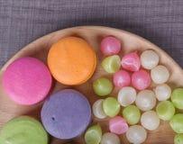 Macaron de la torta y caramelo colorido dulce de Aalaw o de Alua en placa encendido Imagen de archivo libre de regalías