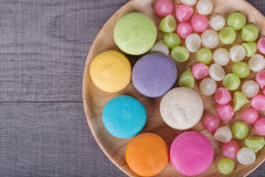 Macaron de la torta y caramelo colorido dulce de Aalaw o de Alua en placa encendido Fotos de archivo