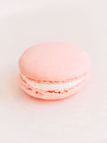 Macaron de Rose en un fondo rosáceo fotos de archivo libres de regalías
