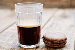 Macaron del chocolate con el queso cremoso y el café Imagen de archivo