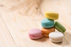 Macaron in der Platte auf hölzerner Tabelle Stockfotografie