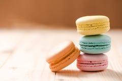 Macaron in der Platte auf hölzerner Tabelle lizenzfreies stockfoto