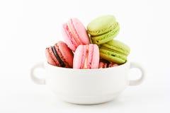 Macaron in der Schale auf weißem Hintergrund Stockfotografie