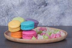 Macaron do bolo e doces coloridos doces de Aalaw ou de Alua na placa sobre Imagem de Stock Royalty Free