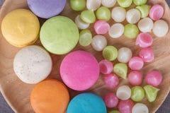 Macaron do bolo e doces coloridos doces de Aalaw ou de Alua na placa sobre Fotos de Stock Royalty Free