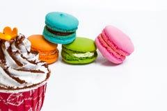 Macaron e bolo do copo Fotos de Stock