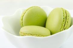 Macaron em uma bacia Fotografia de Stock Royalty Free