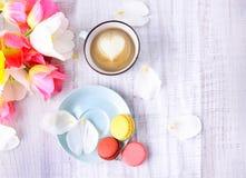 Macaron et cofee sur la vue supérieure en bois de table Images libres de droits