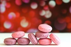 Macaron français ou italien coloré sur le fond coloré avec l'espace de copie pour le fond Photographie stock