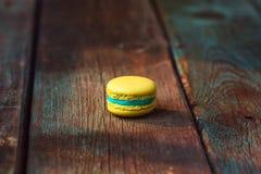 Macaron francese su fondo di legno Immagini Stock