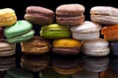 Macaron, fundo preto, confeitos Fotos de Stock Royalty Free