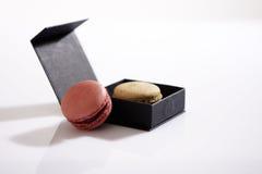 Macaron i en ask Royaltyfri Bild
