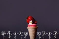 Macaron i glasskotte med jordgubben royaltyfri bild