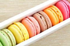 Macaron im Papierkasten stockfotos