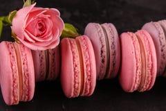 Macaron of makaronskoekje, smakelijk dessert De achtergrond van het voedsel stock foto's