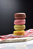 Macaron med kaffekoppen på svart bakgrund Royaltyfri Fotografi