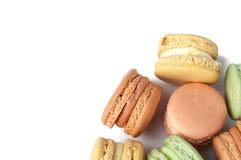 Macaron o macarrones multicolores deliciosos de la torta en un fondo blanco postre dulce y colorido Fotografía de archivo libre de regalías